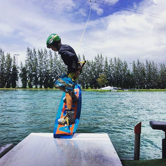 Good vibes & nice weather ✌ What could be better than a ride at @thai_wake_park ? 😉 #bestwakepark #thaiwakepark #twp 🏄‍♂️ @kacperkite