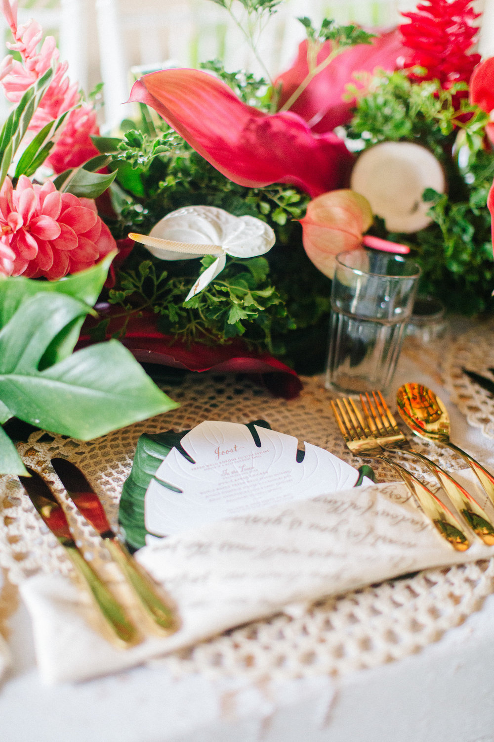 destination_fiji_wedding_tropical_flowers_centrepiece_gold_cutlery.jpg