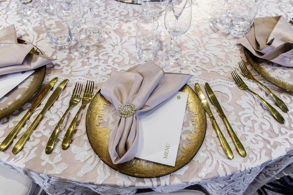 gold_foil_rim_charger_plate_wedding_inlighten_photography_intercontinental_hotel.jpg