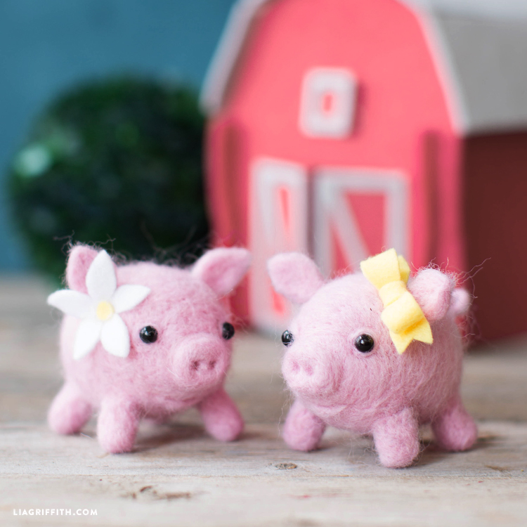 Needle felted pigs - Pig Out With Felt! (LiaGriffith.com)
