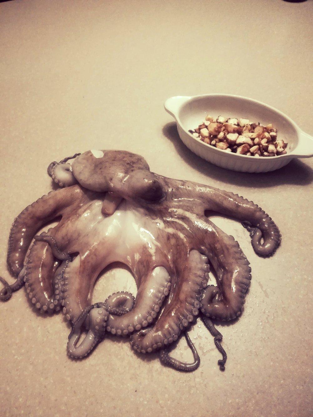 Octopus of Polpo - Voor de één een gruwel, voor de andere een Delicatesse.Voor mij het laatste dus.Op onze trip heb ik dit gegeten en ik was er helemaal weg hoe mals het is en een heerlijke smaak heeft. (natuurlijk goed klaargemaakt)Het arme beestje ziet er niet uit maar smaakt ongelooflijk probeer het eens, durf je?Klaarmaken van deze OctopusINGREDIËNTEN :1 grote ketel waterzout2 laurierblaadjes2 wortelen schoongemaakt en in stukken 2 takken selder grof gesnedengemalen peper uit de molen2 uien gepeld en in 4 gesneden1 octopus (begin met een kleintje en dit te koop in de betere viswinkels of op Stalenstraat in Waterschei bij een Marokkaan. (voor meer info kan je me contacteren.)Verse Octopus van bij deze handelaar is al geslagen, dwz malser en volledig zuiver gemaakt.BEREIDINGSWIJZE :Zet de ketel op het vuurdoe er de groenten in en de laurierblaadjesen kruid met pezosnij de kop van de octopus erafspoel de octopus onder koud waterDoe ze nu in je bouillon en laat 40 min tot 1 uur in de bouillon zachtjes garen.Dit afhankelijk van de grootte. Foto is er eentje van 1 kg.Je kan testen of je vis klaar is d.mv. een stukje van een tentakel te snijden en te proeven.ze mag niet meer teveel te kauwen zijn.Laat afkoelen en snij de tentakels in schijfjesdoe ze in een verhitte pan met wat knoflookolie en olijfoliebak ze lichtjes aan en kruid indien nodig nog even.Suc6 en bij vragen hoor ik het graag.