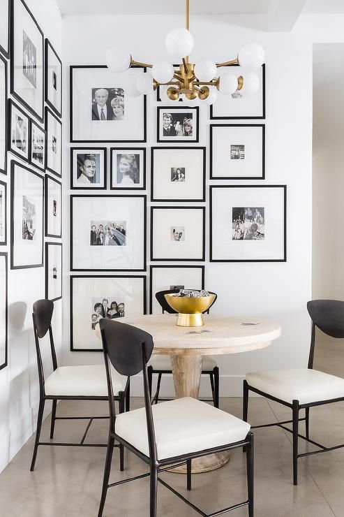 THIS GALLERY WALL MAKES A BIG STATEMENT WITH DIFFERENT SIZED FRAMES, HOWEVER KEEPING ALL THE PHOTOS BLACK + WHITE STOPS IT FROM BEING OVERWHELMING. ( VIA PINTEREST )
