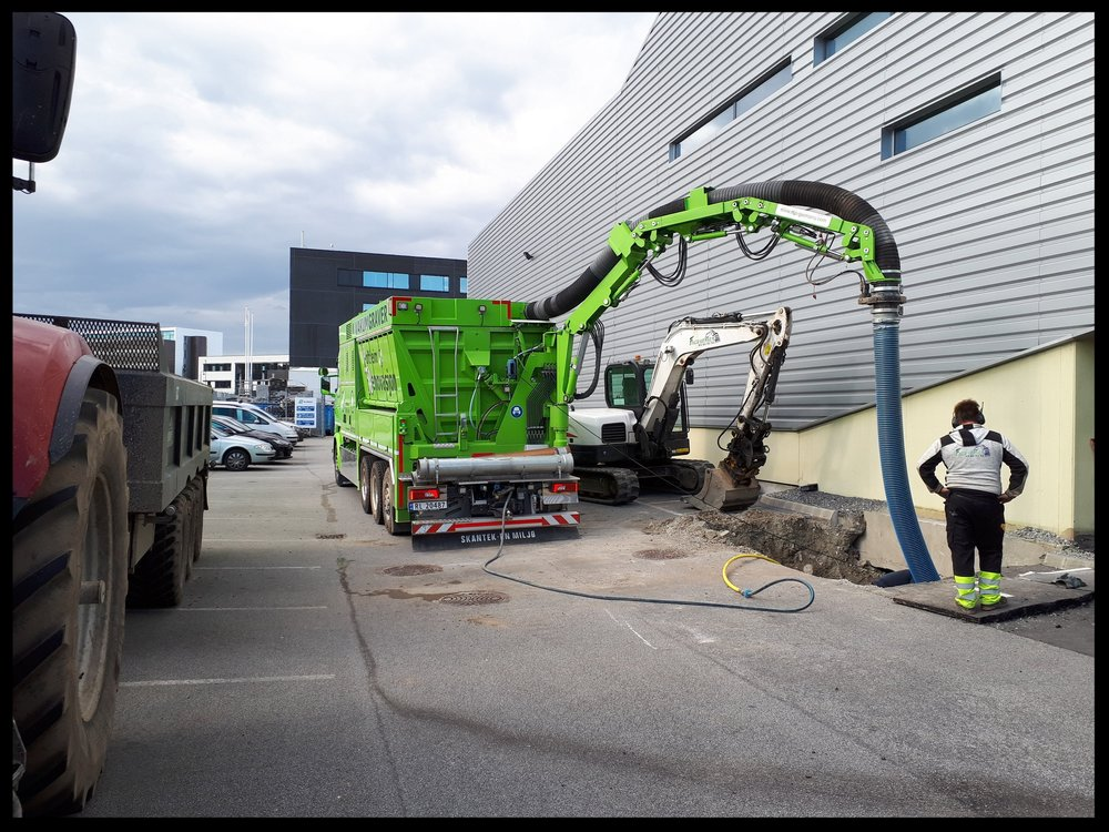 Fjerning av masse 10 meter inn under bygg for reparasjon av avløpsledninger