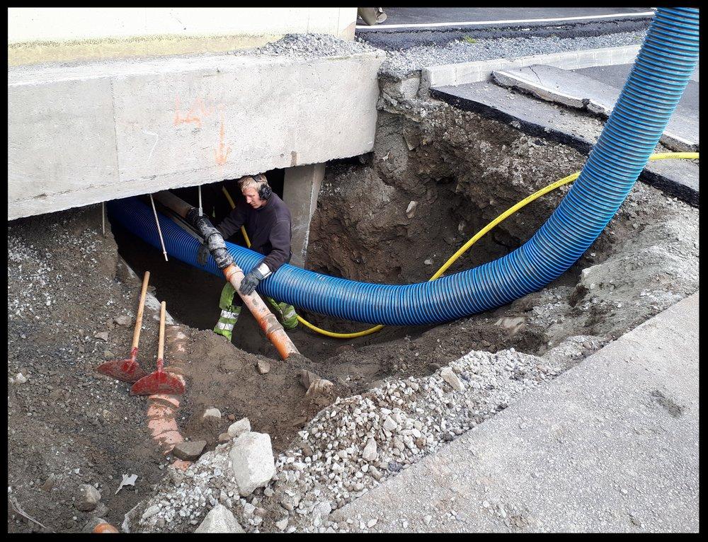Graving 10 meter inn under bygg. Større steiner er ingen hindring for slanger med diameter på 250mm