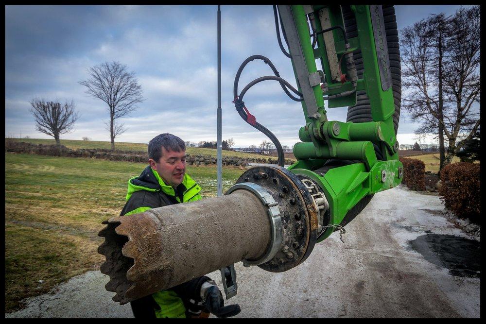 Borrekrone kan grave ca 10 meter dypt, rett ned i bakken.