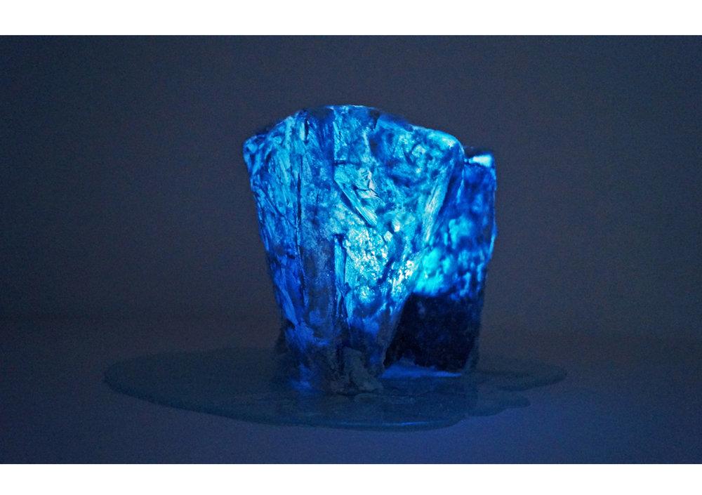 Desconocido ,  2015  Fibra de vidrio, leds, resina, oleo y acrilico  100 x 80 cm
