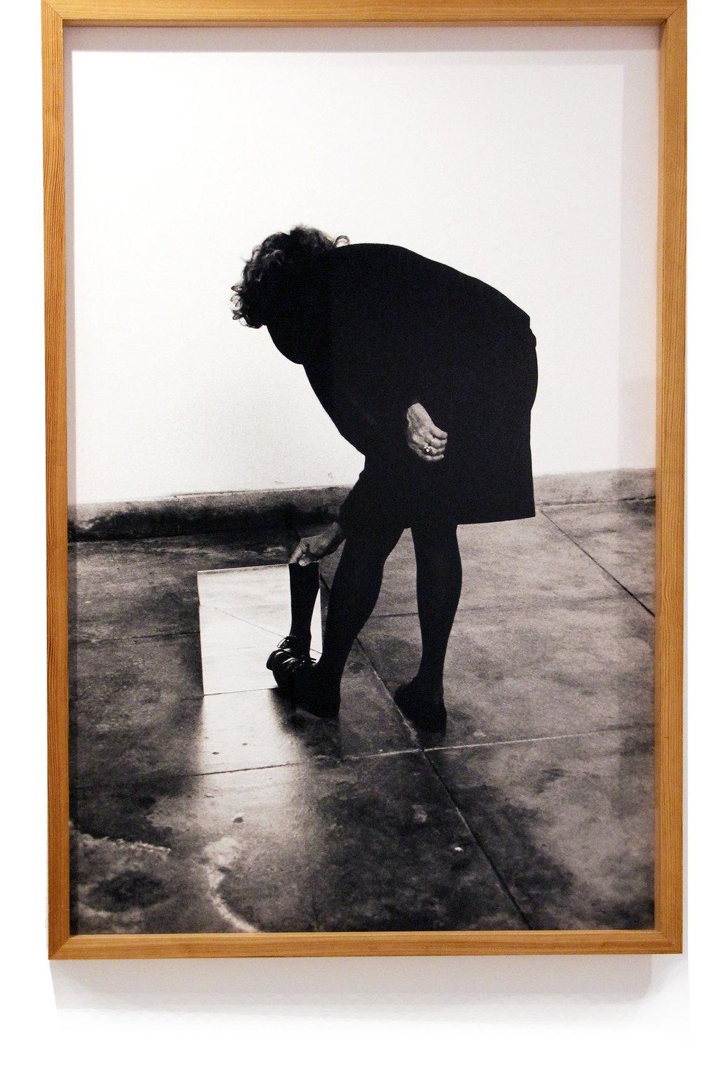 Helena Almeida    Dentro de mim,  2000  Fotografía sobre papel  132 x 90 cm