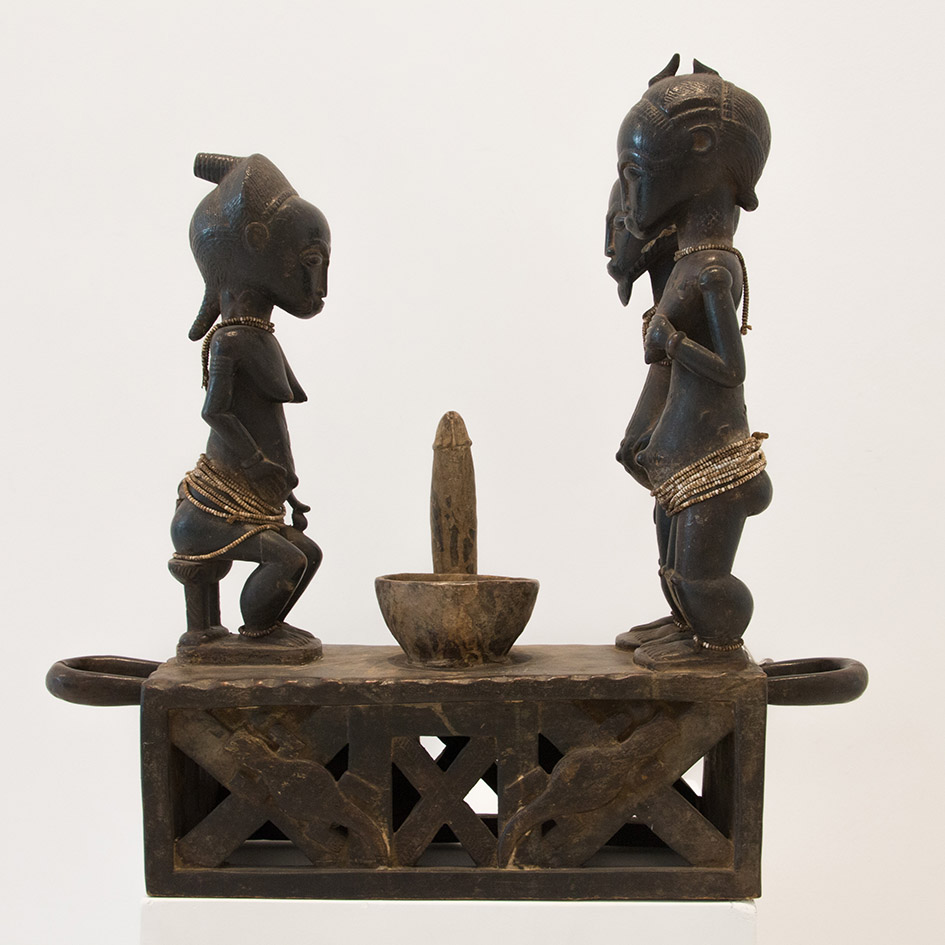 Costa de Marfil  Baule,the end of XIX century  Carved wood and beads  55 x 58 x 18 cm