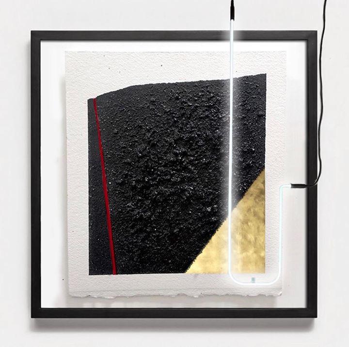 Sin título  , 2018 Zone 0 series Arena volcánica sobre papel de algodón, tinta, iluminación de neón, hoja de oro 55.88 x 45.72 cm