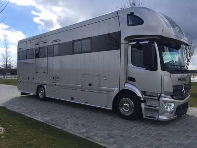 MERCEDES ANTOS STX - 5 HORSES LIVING WITH POP-OUT