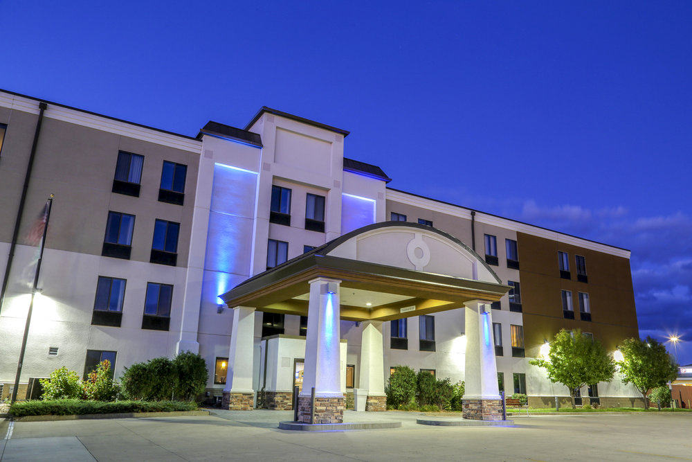 farex-holiday-inn-express-fargo-west-acres-exterior-night+copy.jpeg