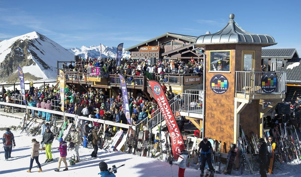 The place for aprés. Photo:  www.2alpesnet.co m