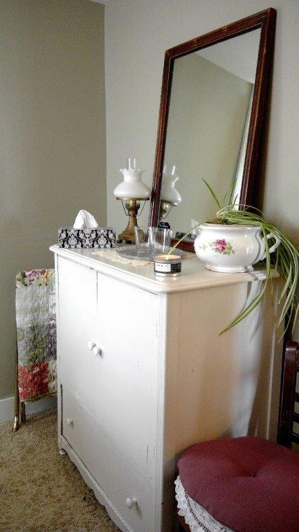Room2 vanity (2).jpg