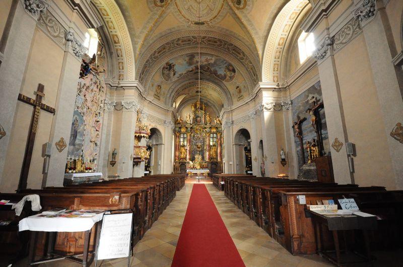 PFARRKIRCHE - Die Pfarrkirche zum heiligen Nikolaus wurde im 16. Jh. vom italienischen Baumeister Pietro Orsolini erbaut. Das Gotteshaus besticht durch das Gemälde des Hochaltares: Es zeigt den heiligen Nikolaus von Myra (aus 1675), dem die Kirche geweiht ist. Sechs Seitenaltäre befinden sich im Kirchenraum. Unter der Kirche eine Krypta, die dem Bauherrn Franz Nádasdy als Familiengruft diente. Im Sommer 2003 erhält sie die größte Kirchenorgel des Burgenlandes.