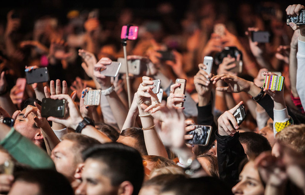 kids-at-concert-with-smartphones.jpg