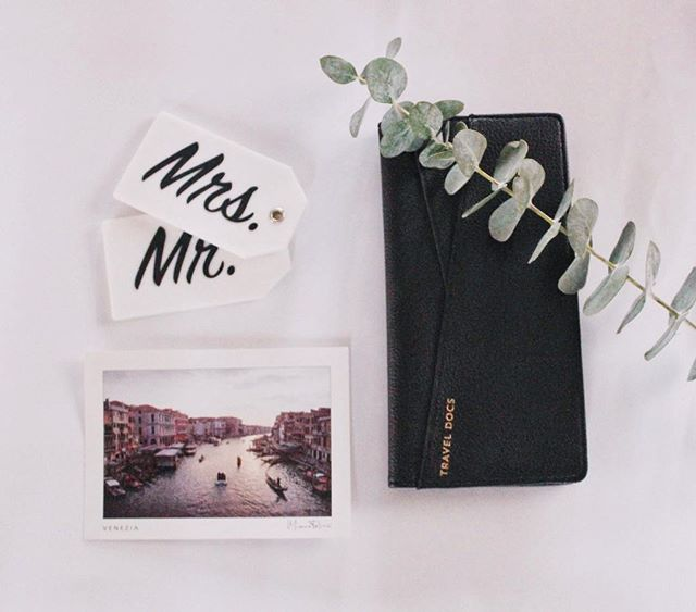 Anyone else dreaming about warm weather and sunny skies? ✨  No matter the destination our Mr. & Mrs. luggage tags make the perfect addition to any adventure! Our tags are super durable and come with a covered custom insert! Check out which boxes include these must have travel accessories! ✨  Happy Monday Bella's 💕