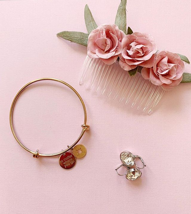 New blog post: ✨. We all know accessories are everything, and a bridesmaids wedding day look is no exception. But finding the perfect pieces can be a true challenge. ✨  When it came to the perfect hair piece for my bridesmaid's up-dos my options were either Etsy or a florist that were either to expensive, not exactly what I was looking for risked being ruined by the elements. ✨  But as I always say what can not be bought, can be made! Check out the full DIY to this adorable hair comb that is the perfect addition for a bridesmaids attire. Follow the link in our bio for the full read!