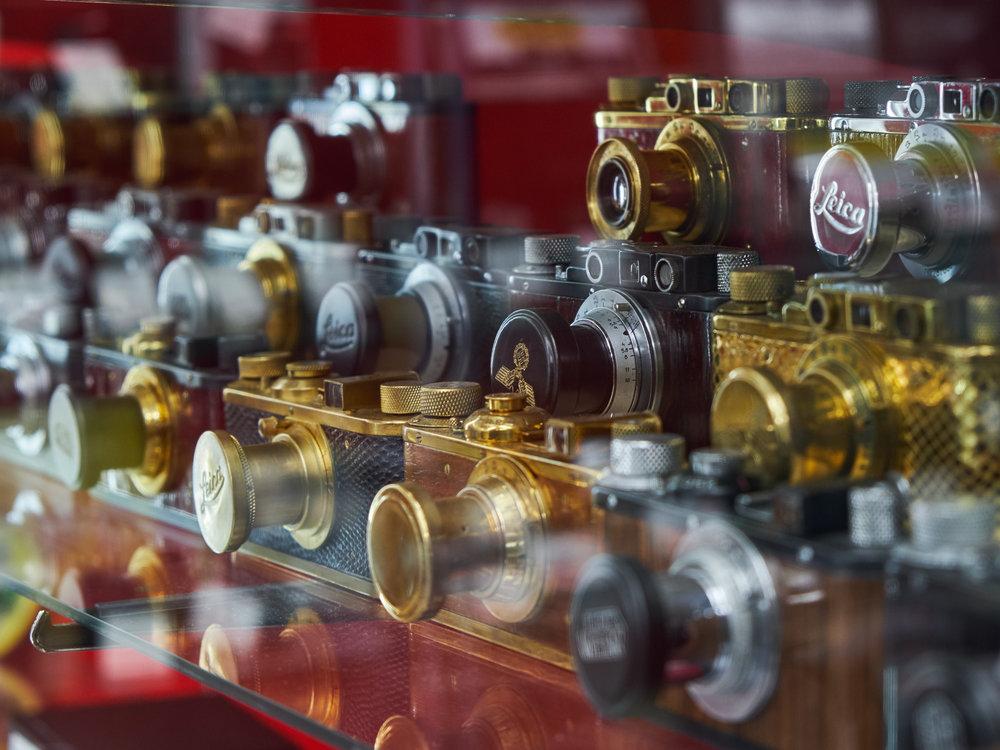 Hur säger man Leica i plural? Leicor? Här är några från andra världskriget med hakkors på som står uppställda på min lokala kamerabutik Fujiya i Nakano, Tokyo. Bilden är illustrativ – De enda som bör lägga sina pengar på något sådant här är hängivna samlare.
