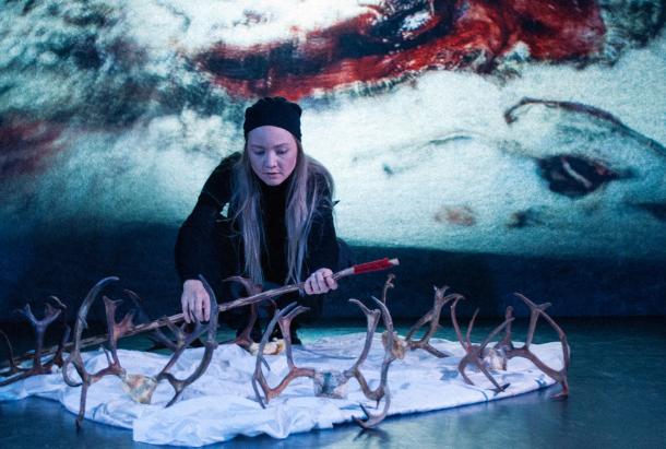 """16.00 TEATER - """"Arven du fikk"""" av Giron Sámi Teáhter. En nutidsberättelse från Sápmi. Om slukhål som inga sömntabletter kan fylla.Plats: Folkets Hus, biosalongen"""