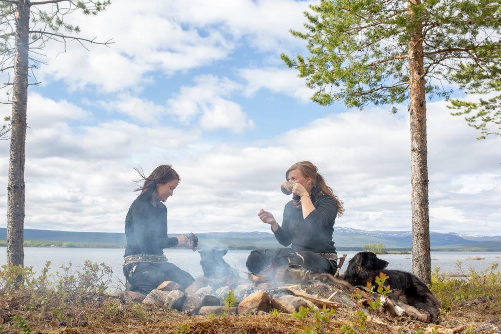 """18.00-20.00 BOKSLÄPP - Anna Kuhmunen och Leila Nutti har under två år samlat in historier och kunskap från hela Sápmi. Boken """"Če"""", som handlar om den arbetande renhunden, släpps på Bio Norden."""