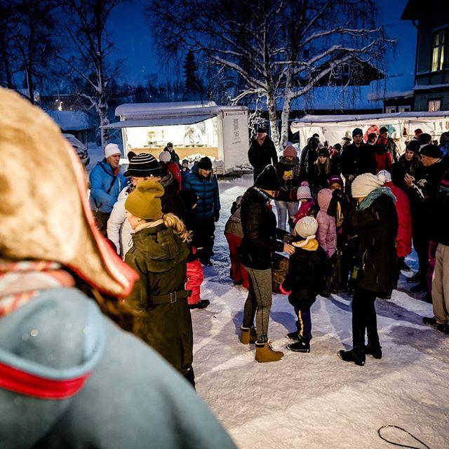 Tack. ❤️ Det vill vi först av allt säga — tack! Årets julmarknad har nått sitt slut och vi vill tacka sponsorerna: Jokkmokks kommun och KUPP, Sparbanken Nord, Jokkmokks Allmänning, och Studieförbundet Vuxenskolan. Dessutom vill vi tacka alla försäljare, föreningar, artister, butiker, arrangörer och eldsjälar som gjorde marknaden möjlig.  Och så vill vi tacka dig. Utan er, besökare, blir det ingen julmarknad. Nej, det blir knappt någon jul.  Tack, till er alla, för att ni bidrar till julstämningen här i Jokkmokk. Tack för att ni visar att det är här vi kan uppleva julstämning på rikt. ✨  #jokkmokksjulmarknad#jul#jokkmokk#julmarknad#norrbotten#sápmi #jåhkåmåhkke#julshopping#duodji #julklappar #vinter#snö#julbord#julmarknader#jokkmokksjulmarknad2018 #tomten #julstämningpårikt