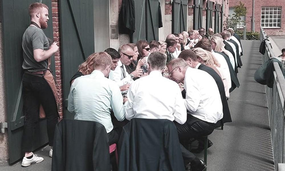 Mads, vært til Nykredits ledelsseminar for 45 deltagere i Sukkerhallen.  Læs case her.