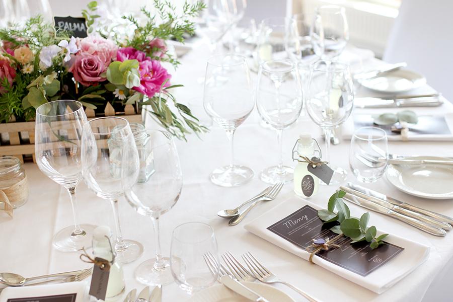 Brudeparet ønsket runde bord med sommerlige blomster og pynt i lillatoner