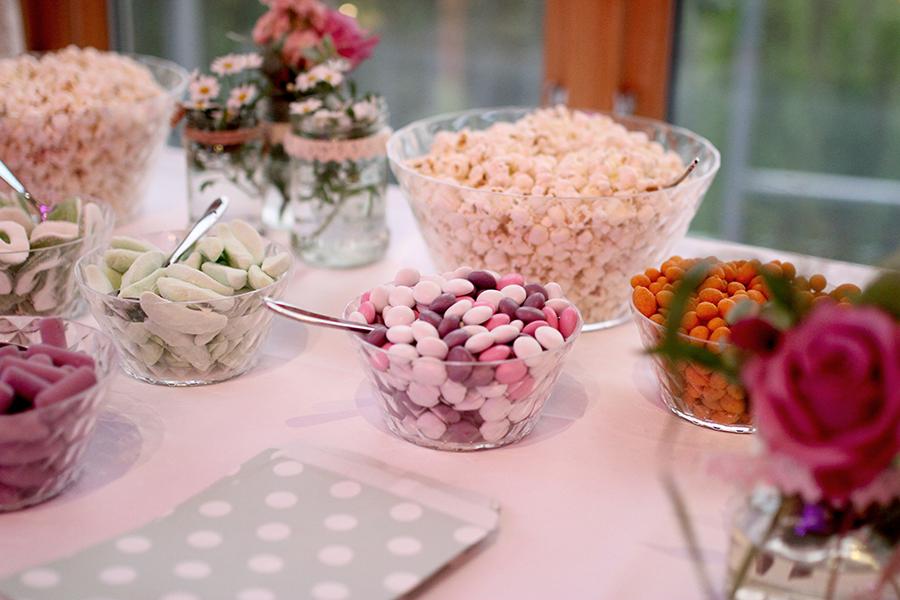 Brudeparet ønsket snack-bar til festen. Skålene ble fylt opp av deres favoritter. Lilla lys-effekter ble leid inn