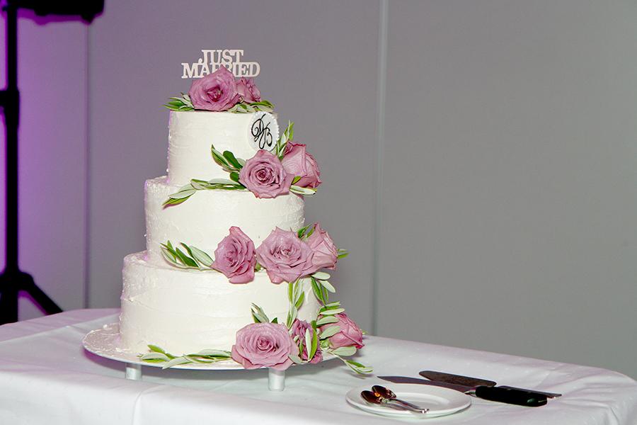 Den fantastiske bryllupskaken ble lagd av konditor på Leangkollen, med inspirasjon og idéer til pynt fra oss