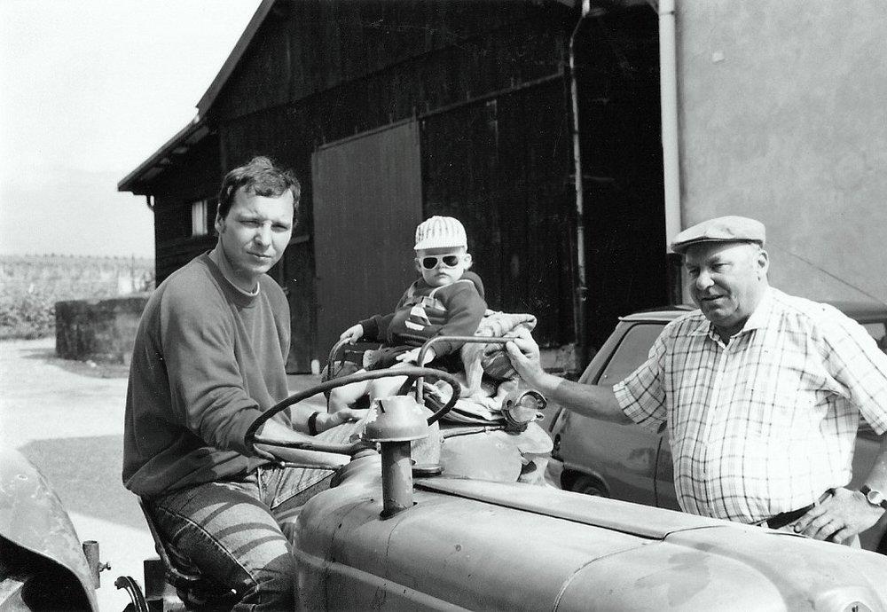 Les Vignolles - Depuis 5 générations, la famille Vulliez cultive la passion du terroir à Bourdigny.Émile Vulliez, fermier au Grand-Saconnex, arrive à la ferme des Vignolles en 1911. Le domaine comportait des vignes et des champs, mais l'activité principale était alors, la production laitière.