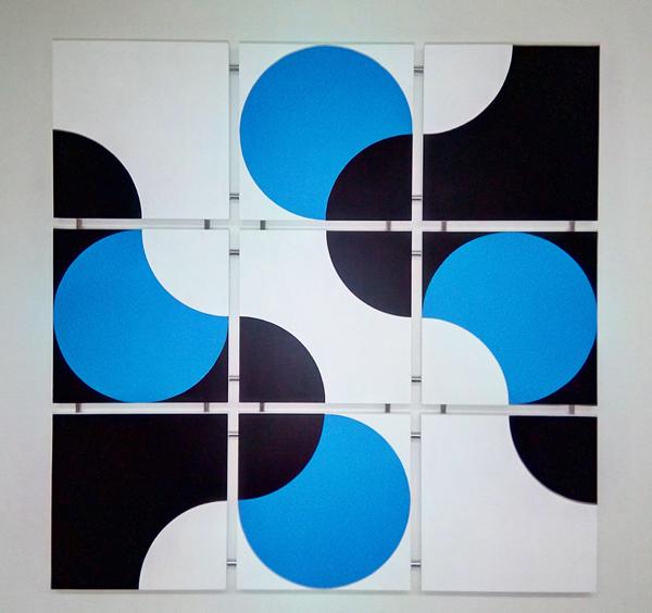 Koski - Kosken innoittajana on virtaava vesi, Sininen väri kuvastaa puhdasta vettä ja ylhäältä alas kulkeva valkoinen kuvio kosken voimaa.Taulun koko 94x94 cm (lxk). Paloja 9 kpl. Taiteilijalaatuinen Maimeri-akryyliväri muotoillulle mdf-levylle. Kiinnitys Minifix-kiinnikkeillä. Kaikki osat on numeroitu ja signeerattu.Hinta 720€Taulu verkkokaupassa