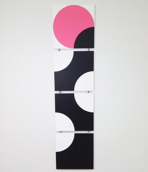 Nuppu - Nupun ideana on keväinen omenapuun oksa, johon on tullut ensimmäinen vaaleanpunainen kukkanuppu.Taulun koko 30x126 cm (lxk). Paloja 4 kpl. Taiteilijalaatuinen Maimeri-akryyliväri muotoillulle mdf-levylle. Kiinnitys Minifix-kiinnikkeillä. Kaikki osat on numeroitu ja signeerattu.Hinta 320€Taulu verkkokaupassa