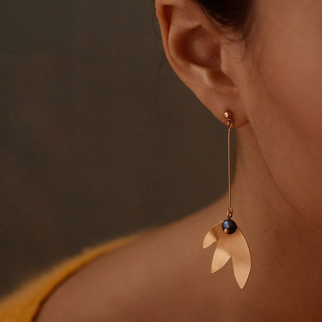 Boucles d'oreilles CHLOE et leurs grandes feuilles courbes dans lesquelles viennent se lover des perles de culture d'eau douce.