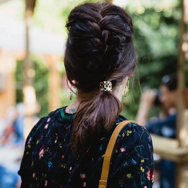 Bague de cheveux ECAILLE dorée. Coiffure par @benjamincoiffeur pour le défilé de la Coloc automne-hiver.