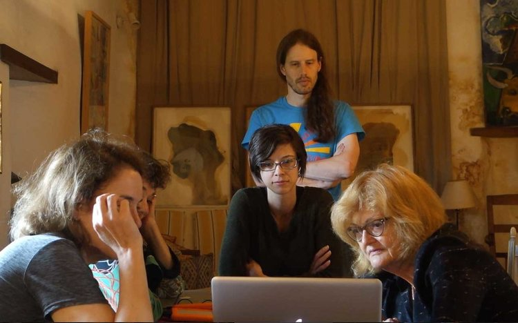 Mentor Elisabeth Biondi during a critique session with a small group of 4 students during The Photography Master Retreat 2016.