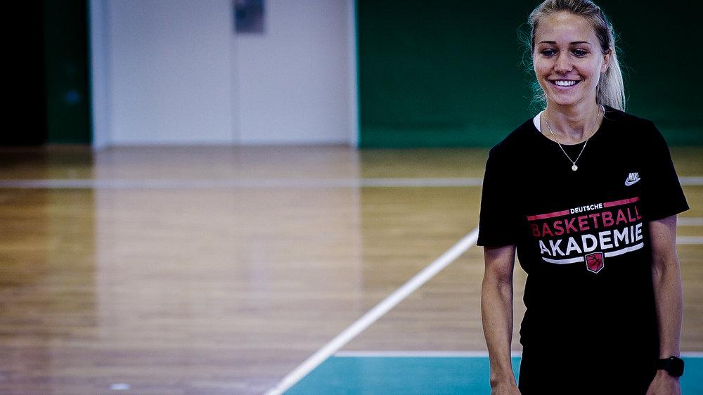 LENA BRADARIC - Geschäftsführende Gesellschafterin der DBA. Lena ist aktuell Profispielerin in der 1. Damen Basketball Bundesliga der TuS Bad Aibling Fireballs, sowie der A-Damen National-Mannschafts für Deutschland.Email Lena