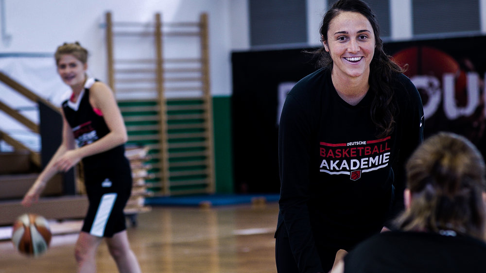 LINDSAY SHERBERT - Geschäftsführende Gesellschafterin der DBA. Lindsay spielte College-Basketball in der höchsten Spielklasse für zwei der renommiertesten Universitäten Amerikas: UC Berkeley und Gonzaga University. Lindsay verbrachte 4 Jahre als Profispielerin in der 1. Damen Basketball Bundesliga und arbeitet jetzt als Coach und CEO für die DBA.Email Lindsay