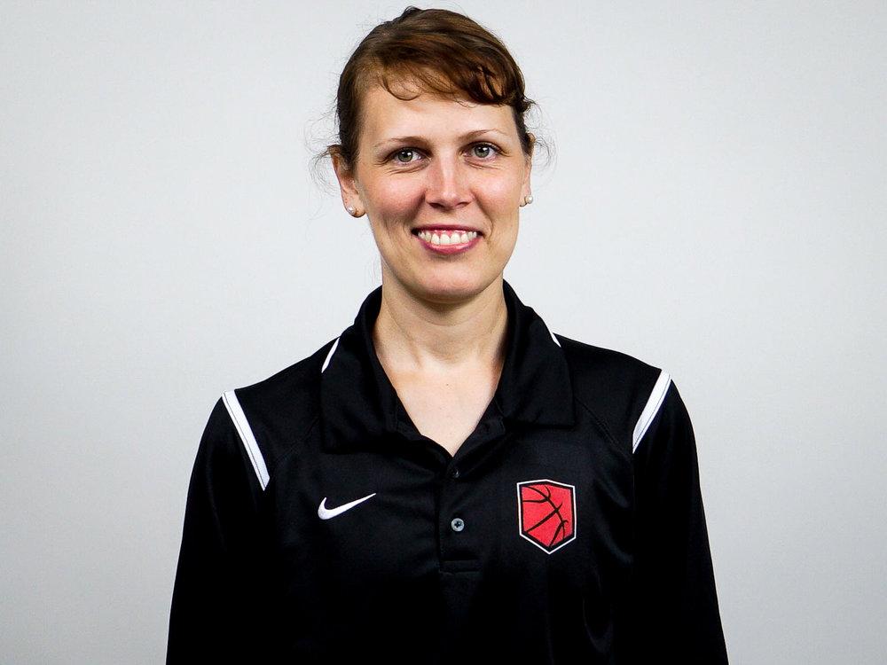 NAVINA PERTZ - Coach Navina verantwortet den Bereich Athletik-Training bei der DBA. Sie ist studierte Sportwissenschaftlerin und arbeitet aktuell im Therapiezentrum Hans Friedl. Sie ist zudem die Athletik-Trainerin der A-Damen National-Mannschaft für Deutschland. Neben dem Magister in Sportwissenschaften hat Coach Navina außerdem ihr Magister-Studium in Allgemeiner Rhetorik und Alter Geschichte abgeschlossen. Sie ist Inhaberin einer B-Trainer Lizenz.