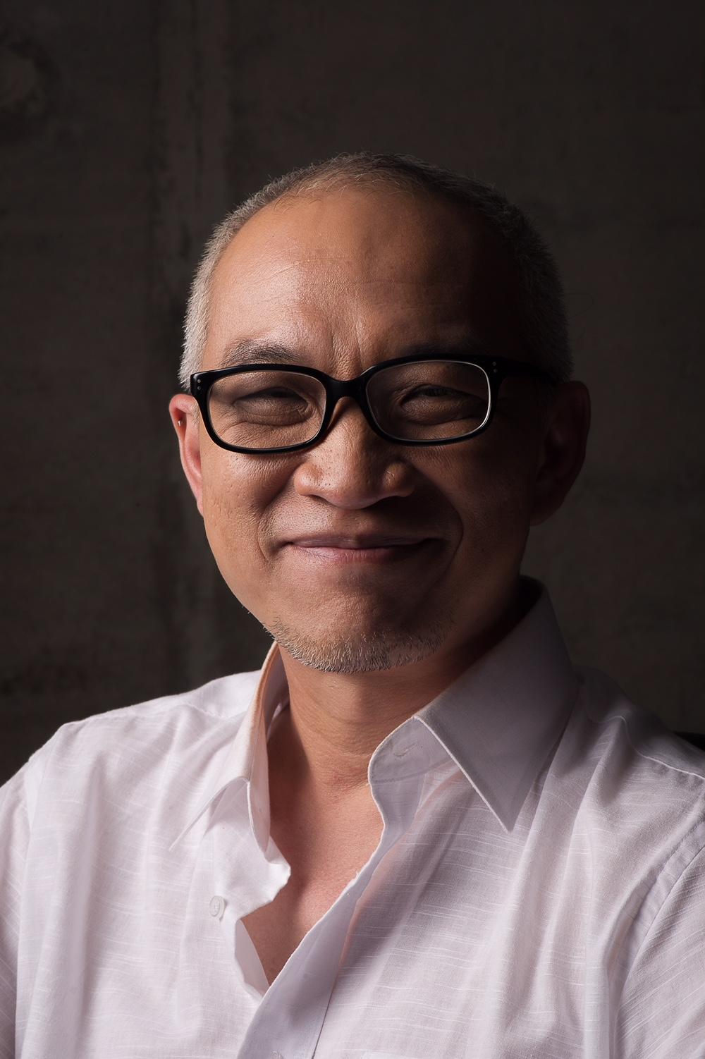 John Badalu John Badulu is min of meer per ongeluk in de filmindustrie terecht gekomen. Hij studeerde economie gericht op marketing management voordat hij een postdoctorale opleiding begon in Nieuwe Media aan de DAMS University in Bologne, Italië. Hij is een van de oprichters van het controversiële Q! Filmfestival, een LHBT-filmfestival in het overwegend islamitische Indonesië. Eerder werkte hij als theatermanager voor het Goethe Instituut Jakarta en als cultureel assistent voor het Instituto Italiano Di Cultura. Badalu werkt nu als festival afgevaardigde en programmeur voor Berlin Internationaal Film Festival, Shanghai International Film Festival en QCinema Film Festival (Filipijnen). Hij is tevens een onafhankelijk producer van vier korte- en zes feature films.