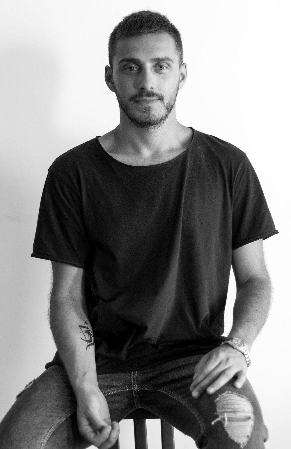Antonij Karadzoski Antonij Karadzoski is een mensenrechtenactivist en kunstenaar uit Macedonië. Hij woont op dit moment in Amsterdam. Met zijn kunst ondersteunt hij de LHBT-gemeenschap. Als programmeur heeft Antonij vooral gelet op de artistieke benadering van de ingezonden films.