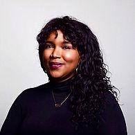 Tamara Shogaolu Tamara Shogaolu werkte in film en media in het Midden-Oosten, de Verenigde Staten, Azië, Africa en Latijns Amerika. Haar werk is vertoond op film festivals, in galeries en musea in de VS en internationaal, zoals in de National Gallery of Indonesia, het Museum of Modern Art (MoMA) en anderen. Ze nam in Egypte deel aan het Fulbright-programma en was medeorganisator van de eerste Cairo Refugee Film Festival. Haar nieuwste geanimeerde korte film HALF A LIFEwerd geselecteerd voor de shortlist van de 2017 Iris Prijs. Ze is regelmatig geselecteerd voor schrijfwedstrijden en was een 2014 Academy Nicholls Fellowship Semifinalist. Ze heeft een MFA van de University of Southern California's School of Cinematic Arts waar ze een Burton Lewis Endowed Scholar for Directing was. Ze woont in Amsterdam waar ze deel uitmaakt van de Virtual Reality broedplaats VRBASE.