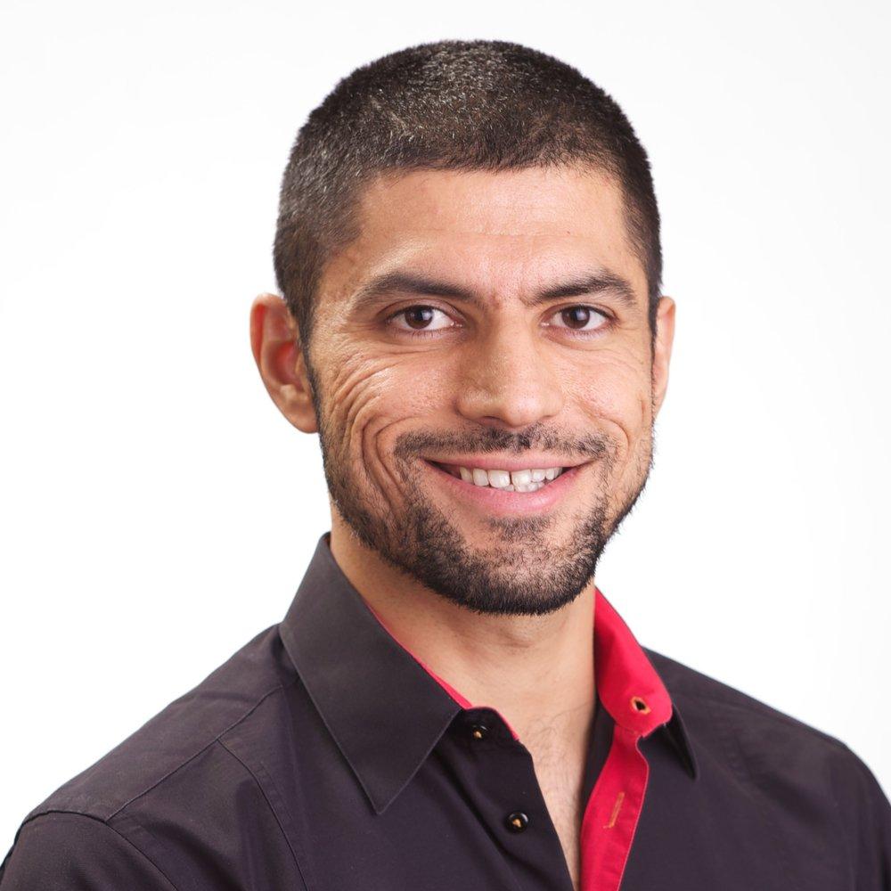 Nish Gera Nish regisseerde en schreef Scar Tissue, zijn debuutfilm die momenteel bezig is aan een filmfestivaltournee. De film is tot nu toe geselecteerd voor 48 filmfestival in 22 landen wereldwijd. Het won 4 prijzen, waaronder 3 voor beste film en een voor beste acteur.Nish schrijft voor verschillende media, waaronder The Huffington Post en Out (een vooraanstaand LHBT lifestyle magazine). De afgelopen vier jaar schreef Nish columns in The Huffington Post over zijn twee passies: internationale LHBT-rechten en reizen.Voordat hij in 2015 naar Brussel verhuisde, woonde Nish 14 jaar in New York waar hij werkzaam was voor een bedrijf in data-analyse.Nish is geboren in India en studeerde Bouwkunde aan de Indian institute of Technology in Mumbai. Hij spreekt vloeiend Engels, Hindi, Punjabi en gemiddeld Frans.