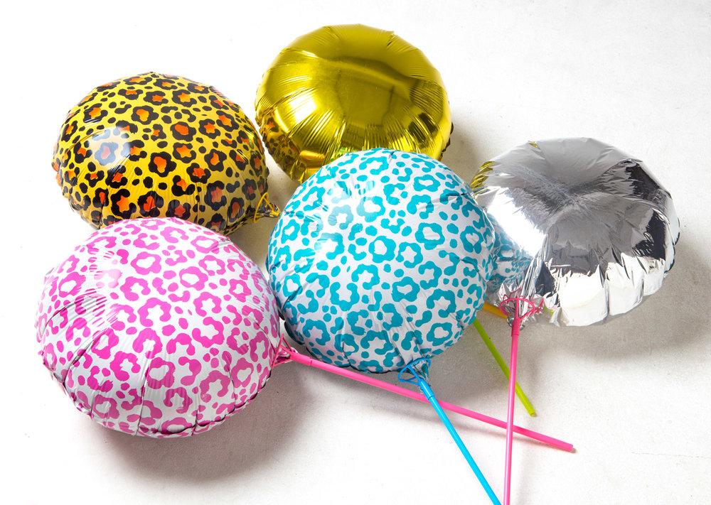 Guldballonger och silverballonger tillsammans med leopardballonger