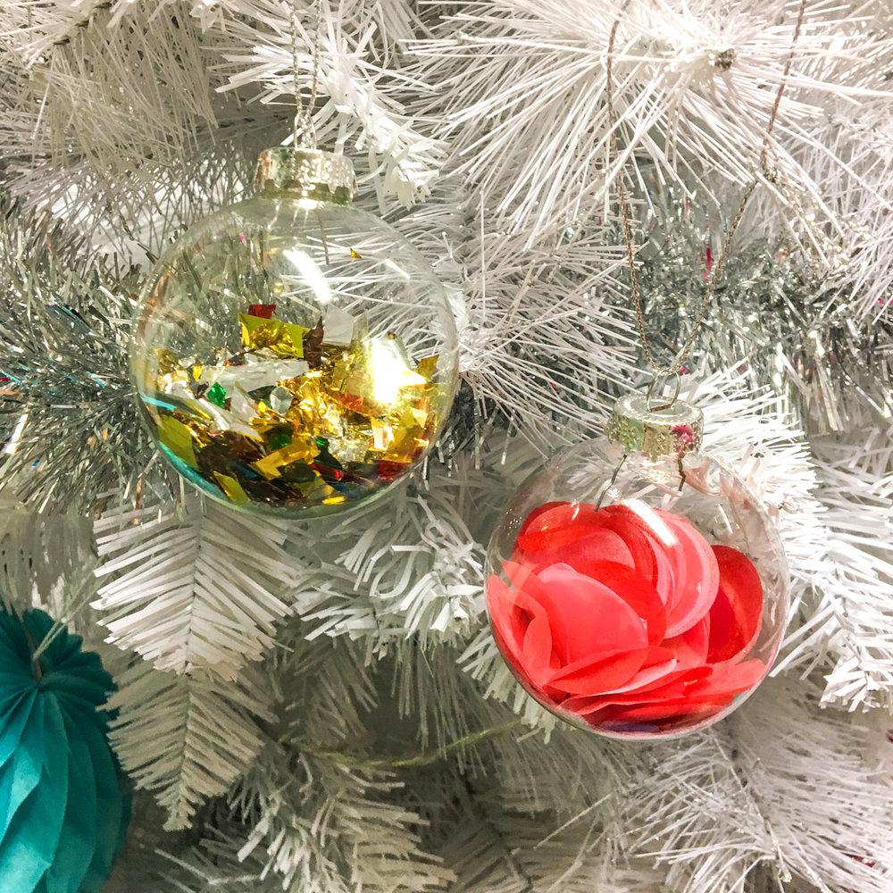 julgranskulor med konfetti