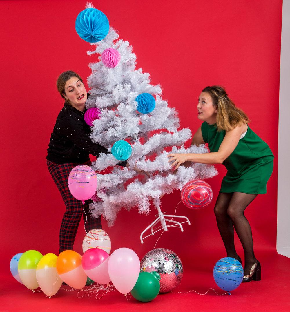 Vit julgran med honeycombs och ballonger