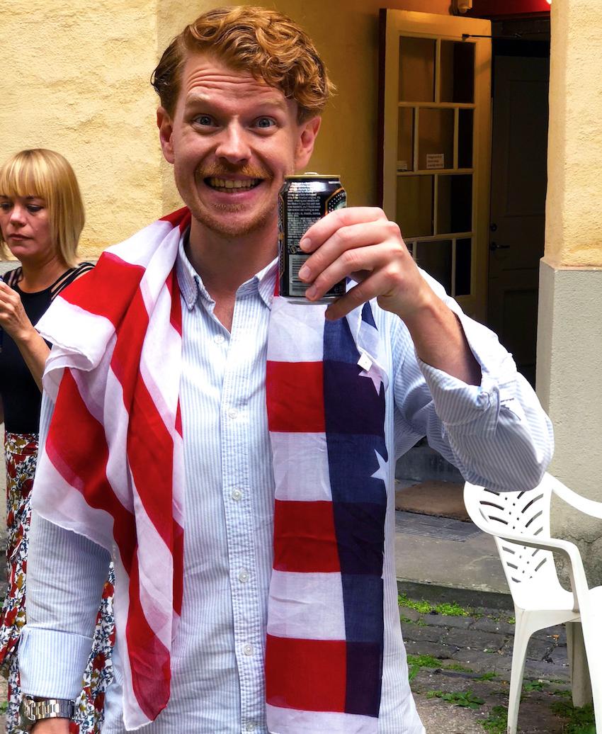 Svåger Daniel firar med flagga och amerikansk öl