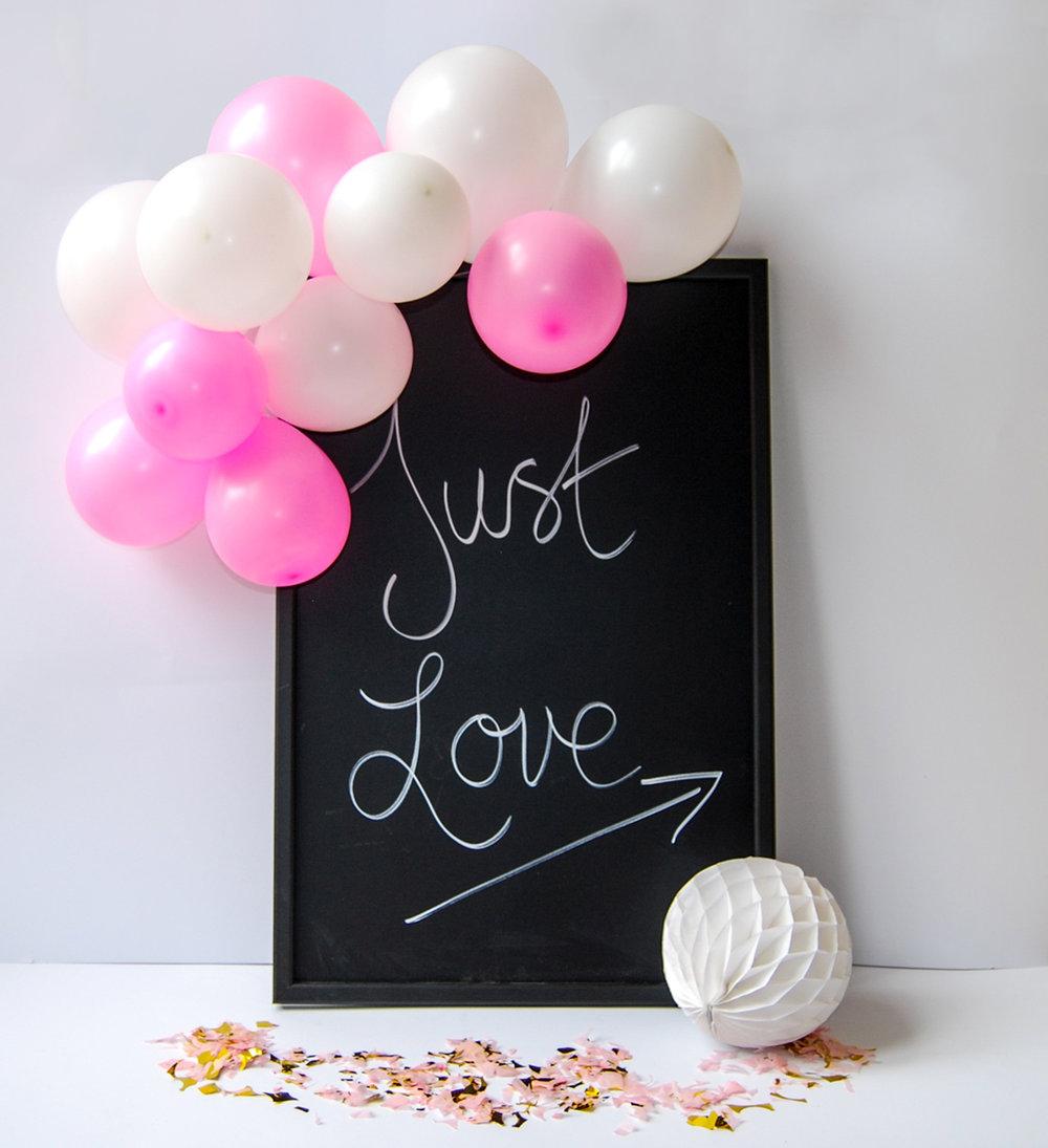 DIY bröllopsskylt med ballonggirlang av miniballonger
