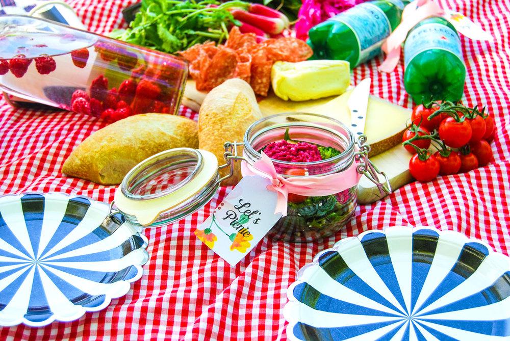 servera picknick mat i glasburkar