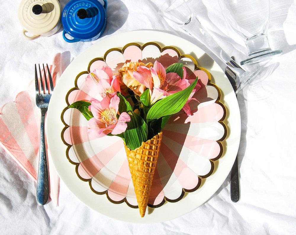 Glasstrut med blommor som bordsdekoration