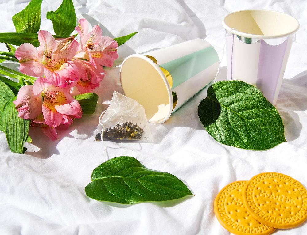 dekorerade tepåsar med gröna blad